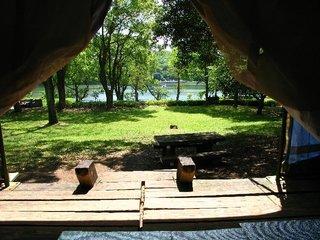 [手ぶらでキャンプ場に泊ろう~♪♪【手ぶらでキャンプパック海鮮BBQコース】 大自然と満天の星空を満喫!!] テントに寝そべって、ゆっくりと諏訪の池を眺めるもよし!