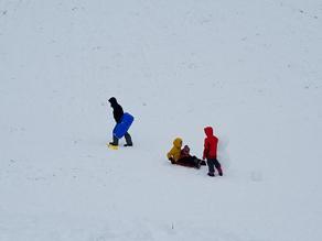 広場で雪遊び