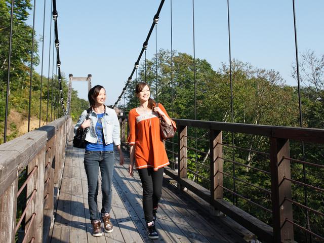 [【5連泊】網張温泉ロングステイプラン連泊すればするほどお得です♪~網張五湯で湯めぐりざんまい~] 吊橋って意外と楽しい♪キャンプ場・温泉館と本館を結ぶ吊橋