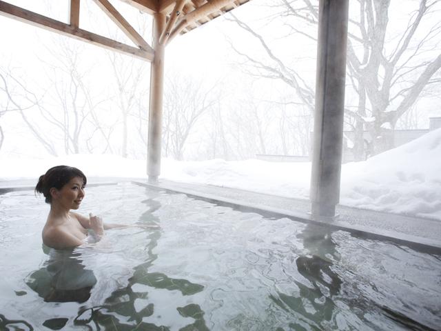 [【4連泊】網張温泉ロングステイプラン連泊すればするほどお得です♪~網張五湯で湯めぐりざんまい~] 静寂の雪景色は心も身体も温まる♪【温泉館・薬師の湯(露天)】