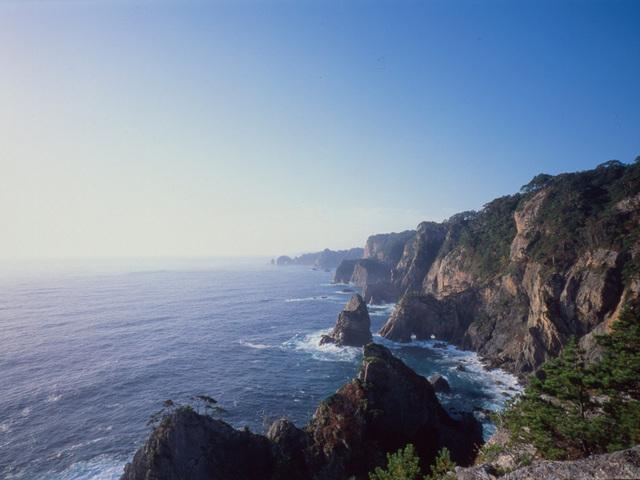 [【旅Q】龍泉洞・三陸鉄道・北山崎・浄土ヶ浜~秋の味覚と絶景三陸の旅~] 北山崎展望台からの景色。澄んだ青色の海と美しいリアス式海岸がご覧いただけます。