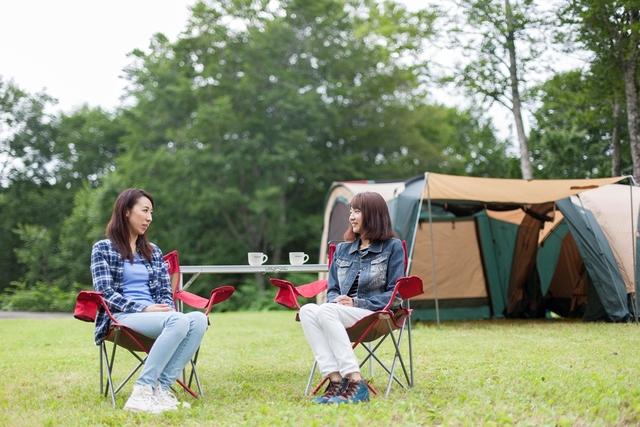 [手ぶらでキャンプIN乳頭キャンプ場 (夕食 バーベキューコース)] 設営済みのテントだから、手間も省けて楽々♪