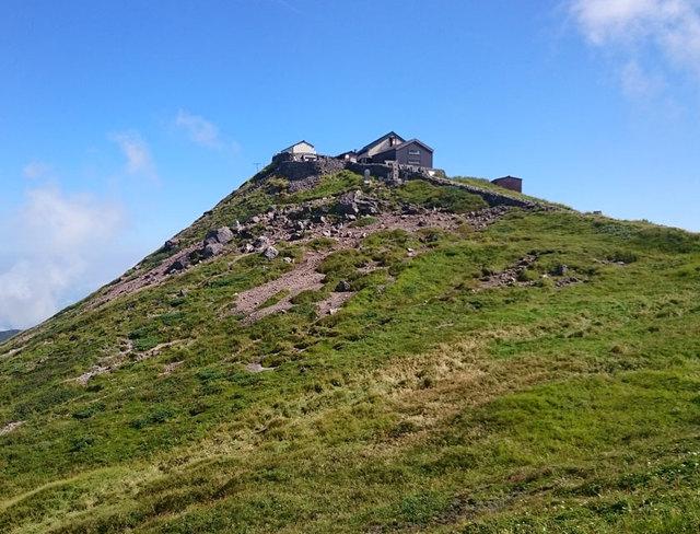[連泊してゆったり登ろう 月山登山応援プラン 竹の皮で包んだおにぎり弁当付 2泊5食] 月山山頂にある月山神社を目指して