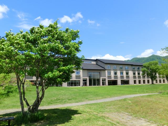 [【日曜平日・1日3組限定】Q会員感謝プラン] 新緑眩しい景観に囲まれた休暇村裏磐梯本館