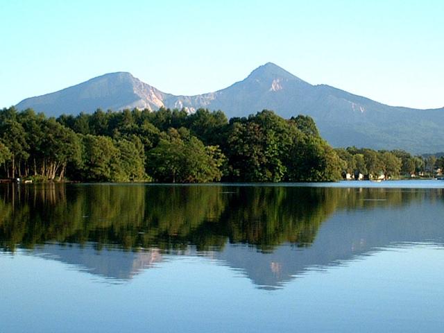 [【旅Q】写真教室シリーズ新緑の磐梯山と湖沼群・会津の自然と歴史の撮影] 曽原湖からの磐梯山