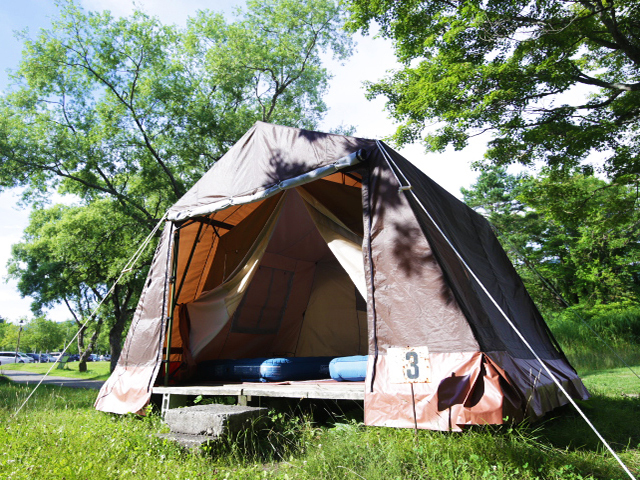 [【気軽にキャンプ!】手ぶらでキャンプSTANDARD カレー] 風につよいロッジ型テント ウッドデッキ上にご用意