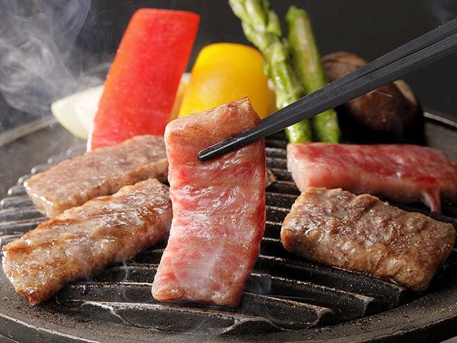 [【基本宿泊料金のまま夕食を豪華に!】期間限定 選べる一品料理付ビュッフェプラン] 選べる逸品「米沢牛の陶板焼き」 どれかひとつお選びください
