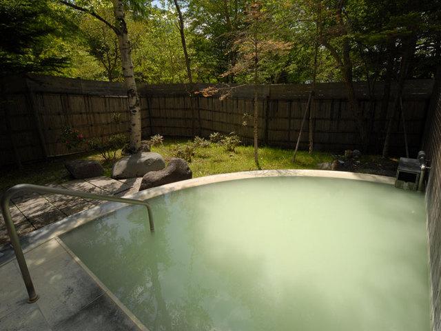 [2泊連泊割引プラン 6/1~7/21四季の膳(日替りコース)] 自然に囲まれた天然温泉