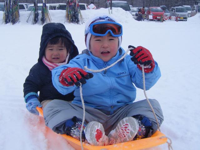 [【ファミリー限定!】冬のファミリープラン~パウダースノーを楽しむ~] 冬は敷地内でソリ遊びも楽しめます。キッズも大喜び間違いなし。
