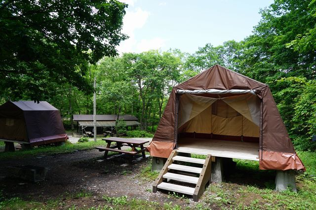 [手ぶらでキャンプ2020 【夕食:バーベキュー&ポトフ】] 2020年に新しくなった休暇村オリジナルのロッジ型テント。