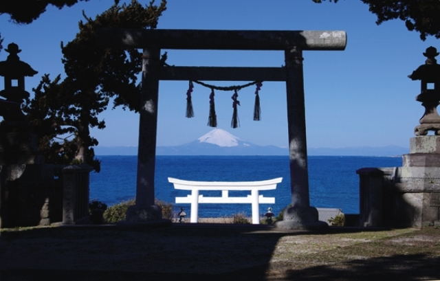 [3泊4日『房総の休日』プラン日替わりお楽しみプログラム実施♪] 布良﨑神社にて 富士山と鳥居