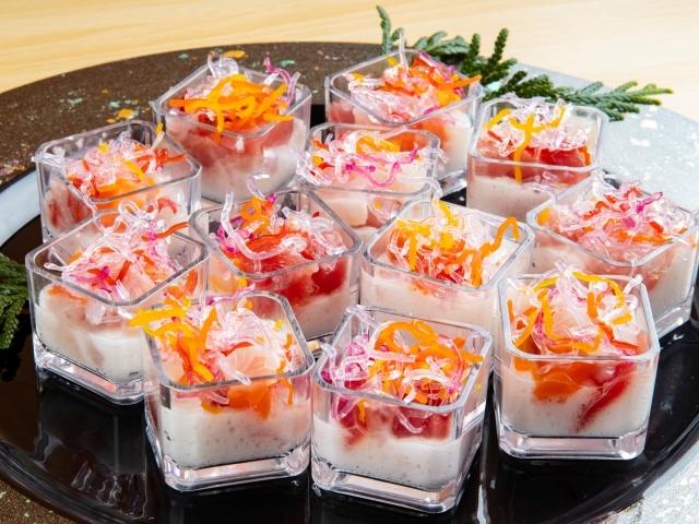 [スタンダード「ビュッフェプラン」(6・7月)~地魚刺身盛り合わせ付き~] 料理長気まぐれ海鮮。何が出るかは当日のお楽しみ。