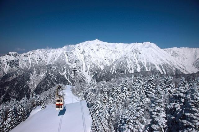 [【観光ツアープラン:旅Q】北八ヶ岳・駒ヶ岳・新穂高の3つのロープウェイで楽しむ冬のアルプス絶景旅] 冠雪の北アルプス(新穂高ロープウェイ)