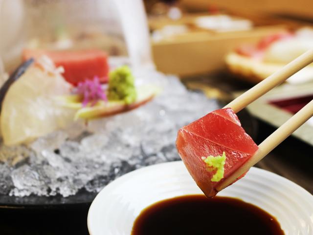 [【夕食プレミアムビュッフェなのにお得!】 のんびりコテージプレミアムビュッフェプラン] 海に面している静岡県ならではの鮮魚の刺身