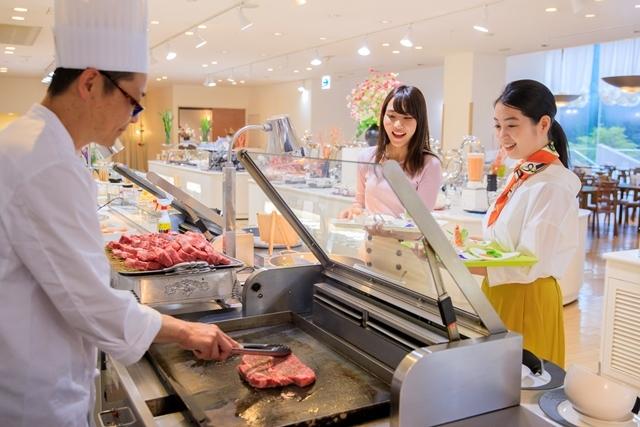 [【Q会員様限定】 本館プチデラックス連泊プラン(日曜日~金曜日)] オープンキッチンでは、焼きたてのステーキ