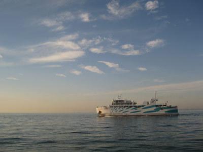 [【伊勢湾カーフェリー 往復乗船券付き】舟参宮プラン~お食事はプレミアムビュッフェ~] 昔の人も通った海路。フェリーで伊良湖-鳥羽間をス~イスイ。船上のゆったりした時間が日常を忘れさせます