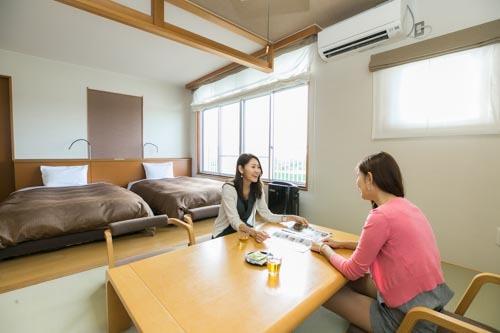 [【日帰り】 『ロングステイ 客室休憩プラン』 ~リフレッシュ・気分転換に~] 平成25年に新設された和モダン風の「和洋室10㎡+6畳」。畳空間が広めで4名まで泊まれます。