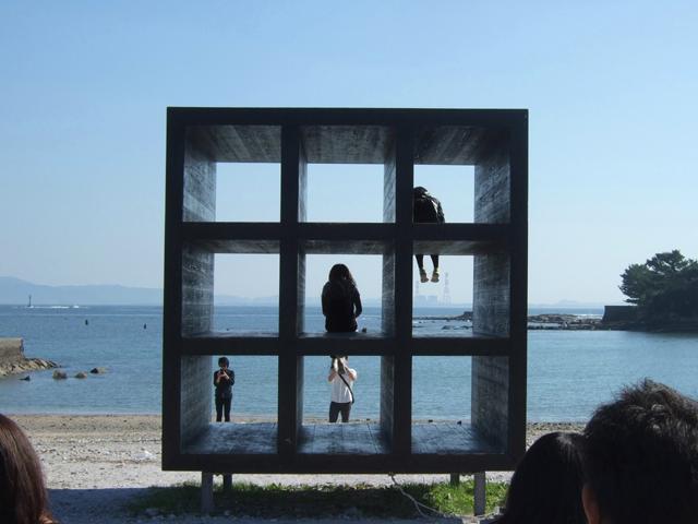 [〔1泊3食ツアー付〕 島まるごとアートの世界へ 『佐久島探検ウォーク』] 佐久島アート『おひるねハウス』