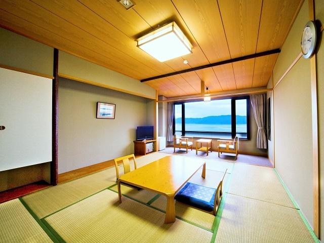 [【東館】テレワーク支援 目の前琵琶湖で好環境5泊6日プラン~ご夕食は日替わり和定食コース~] 東館10畳 全室レイクビュー 琵琶湖一望。ゆったり10畳です。