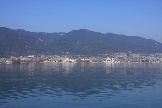 [琵琶湖汽船チャーター船で巡る 明智光秀ゆかりの地「明智光秀と琵琶湖」] 船上より坂本城跡と比叡山をのぞむ