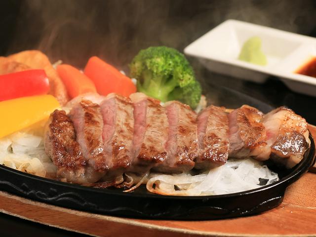 [淡路牛サーロインステーキ150g付 鳴門海峡水揚げ直送!海鮮ビュッフェ] 質がきめ細やかで、肉そのものの美味しさを味わえる淡路牛ステーキ150gをご用意いたします