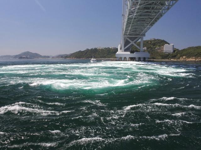 [大迫力!世界一の渦潮をご覧ください♪◆うずしお観潮クルーズ付き◆鳴門海峡水揚げ直送!海鮮ビュッフェ] 鳴門の渦潮&大鳴門橋