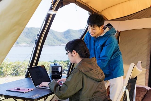 [ポケットWI-FIのレンタルも付く充実の手ぶらでキャンプ『ワーケーションプラン(夕食・朝食付)』] 2ルームテントは使い勝手は抜群。AC電源付きサイトですが、電源バッテリー。モバイルWI-FIもご完備。
