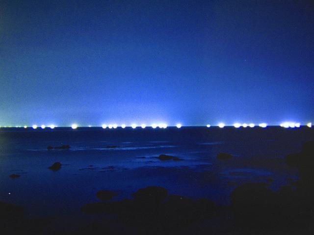 [のんびり連泊プラン(3泊6食)] 客室やレストランからは漁船の漁火が見えることも…