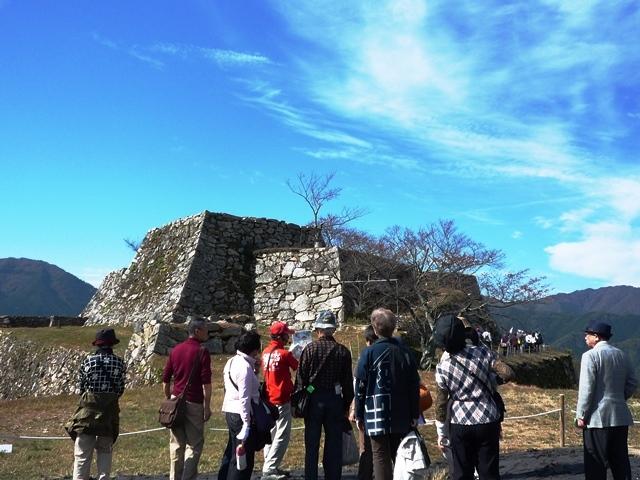 [【バスツアー2泊5食】地元ガイドと行く天空の城「竹田城」と近代文化産業遺産「生野銀山」を巡る] 竹田城ガイドさんと共に散策いたします。