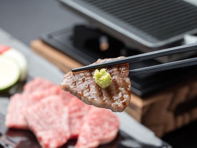 [【Web限定】特定日限定『熊野牛鉄板焼』付き加太小町コース] 熊野牛の鉄板焼き 熊野牛はお肉の味がしっかりとしていて山葵だけでも美味しさが広が