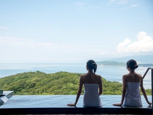[50%以上の方が選ぶスタンダード会席夏の『AOI~ 葵~』会席] 露天風呂から紀淡海峡を一望