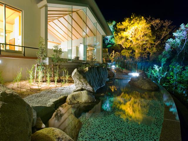 [倶楽部Q限定温泉 ゆったりのんびり5泊連泊プラン] ライトアップされた露天風呂。星空をお楽しみ下さい。