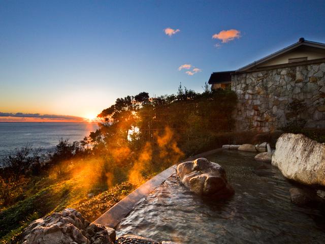 [太平洋を一望!眺望抜群の露天風呂が自慢!絶景温泉 ゆったりのんびり2泊連泊プラン] 「岩風呂」からの眩い日の出。非日常的な朝風呂をお楽しみ下さい。