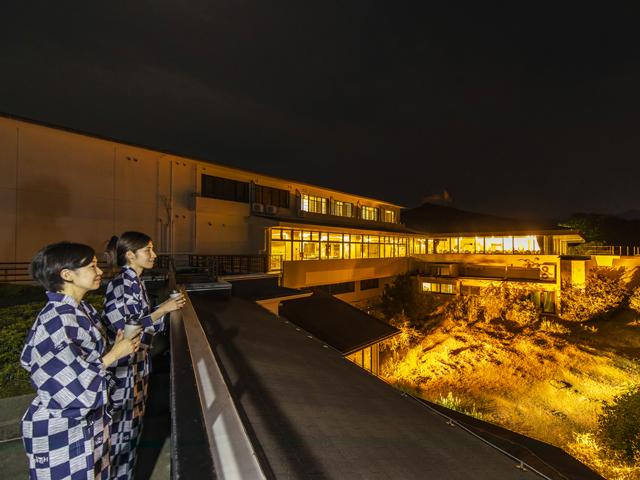 [【和歌山県民限定】レイトアウト11時までのんびり♪選べる自然体験プログラム付きプラン【夕食:那智のふるさと膳】] 満天の星空観察ができる「空と海のテラス」