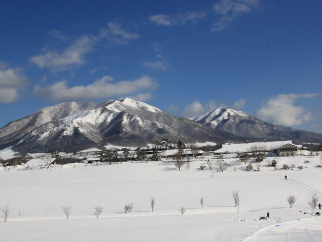 [【本館:1泊素泊まり】宿泊プラン] 宿舎から眺める白銀の「蒜山三座」もまた壮大です