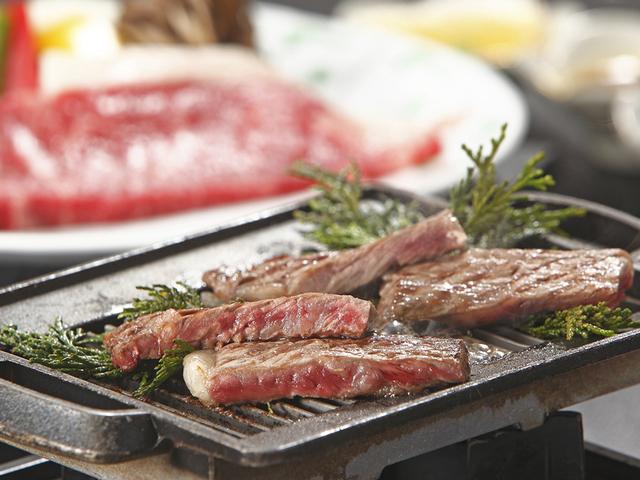 [人気No1!希少部位につき月間100食限定☆ジャージー牛サーロイン鉄板焼き付き♪『ひるぜん四季の高原ビュッフェ』宿泊プラン] やわらかくジューシーな肉の旨みを味わえます。