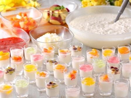 [【本館】レイトチェックインで山陰観光を満喫♪!1泊朝食宿泊プラン2021] 旬のフルーツや蒜山大根などをお好みでトッピングいただけるデザート。