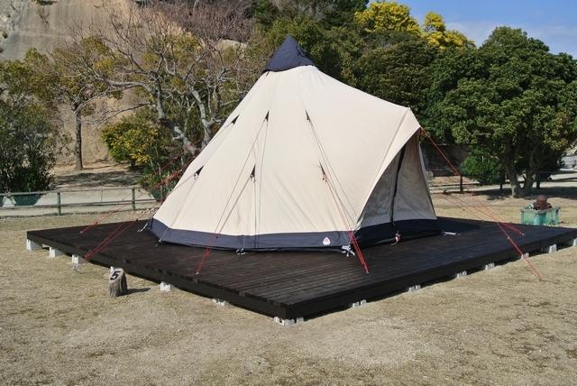 [【ウサギ島】設営済みワンポールテントで手ぶらキャンプ~夕食BBQ~] ウッドデッキの上に設営済みテントをご用意