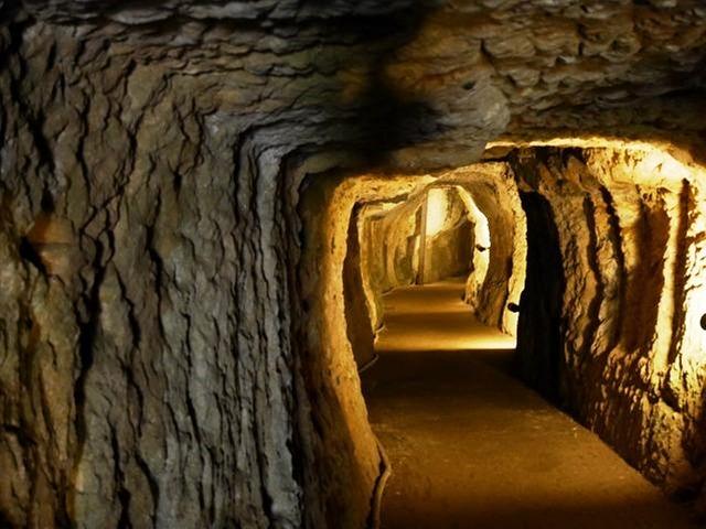 [【旅Q】 世界遺産石見銀山を訪れ三江線跡をたどるツアー] 銀を採掘した坑道「龍源寺間歩」