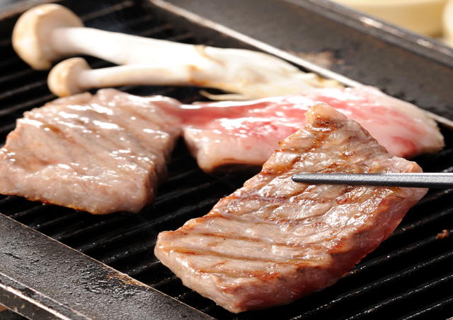 [【Q会員に登録でお得です!お日にち限定!】オトク感ぎっしり!やっぱり牛肉が大好き!伊予牛鉄板焼き付き瀬戸内水軍バイキングプラン] 伊予牛のステーキ。ジュウジュウと鉄板で焼きあげるステーキは人気NO1.