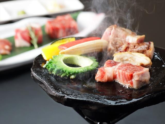 [【早期割90】砂むし温泉付!!薩摩の黒に舌鼓♪薩摩が誇る三大黒肉と地魚料理×ハーフビュッフェ] 薩摩の三大黒肉を溶岩焼きで堪能